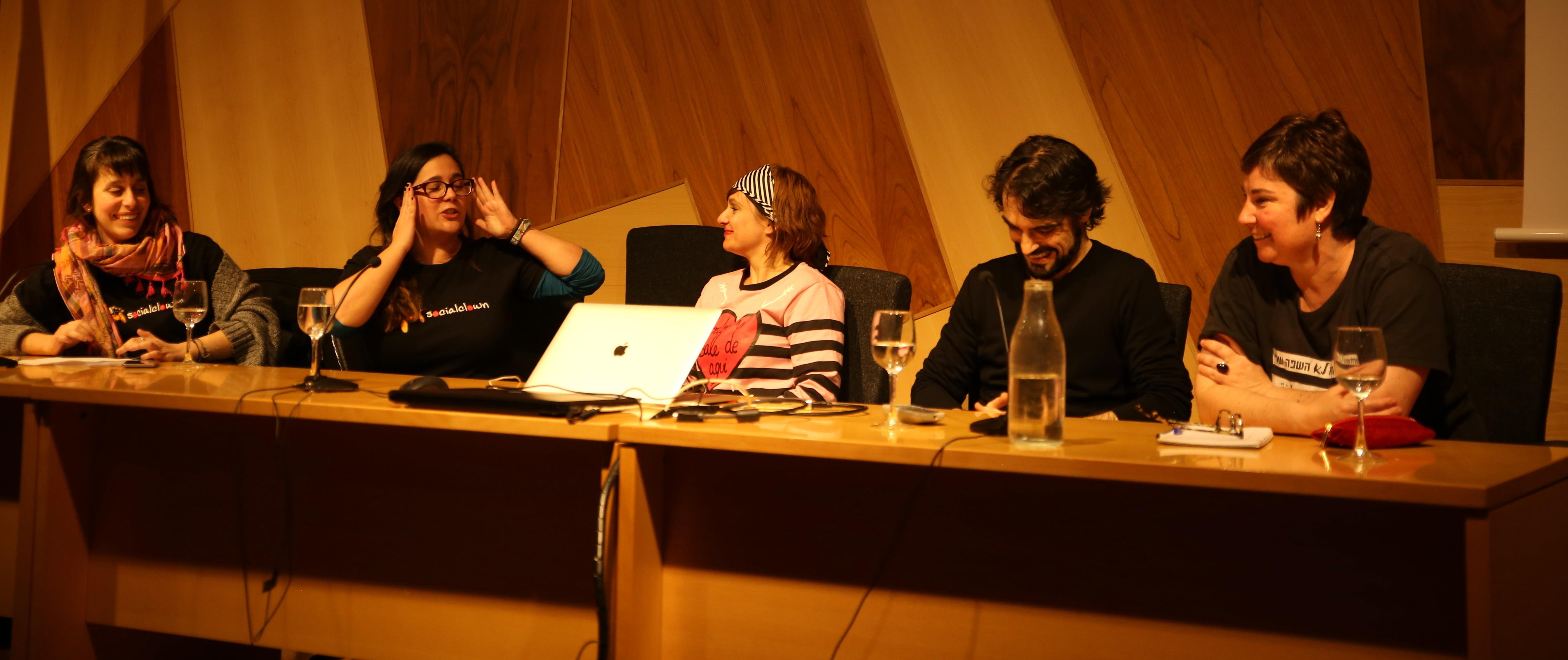 Clara Mozas, Emma Temprano, Virginia Urdiales, Félix Muñiz y Madalena Alejo en las Jornadas de Clown Social aplicado a Cooperación al desarrollo. Universidad de Valladolid